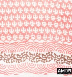 Detail foto van de prachtige sjaal van een katoenen kwaliteit met all over print en pompoms in de kleur perzik.