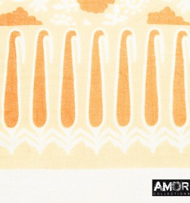 Detail foto van de frisse shawl met print en pompoms, van zachte kwaliteit katoen in de kleur oranje met roze pompoms.
