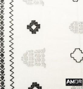 Detail foto van de mooie shawl met borduursel van goede kwaliteit zomer wol in de kleur ecru/zilver.