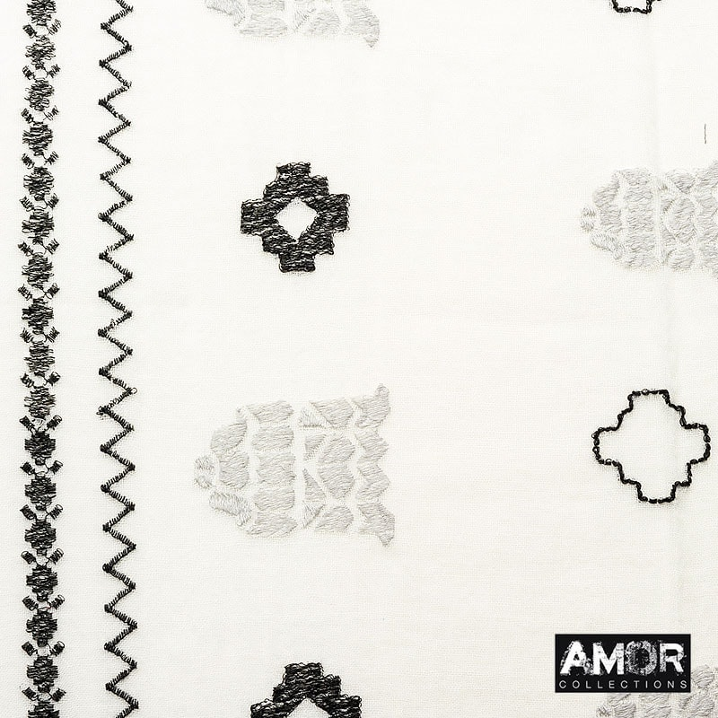 Embroidered scarf with a soft hand feel. Colour: Ecru / Zilver.