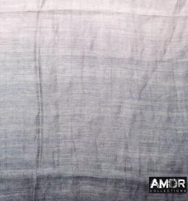 Detail foto van de zijde en katoenen sjaal met Tie Dye effect in de kleur grijs/zilver.