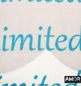 Detial foto van deze zomerse shawl met 'I am a limited edition' print is 100% modaal en leuk te combineren bij denim of aarde tinten.
