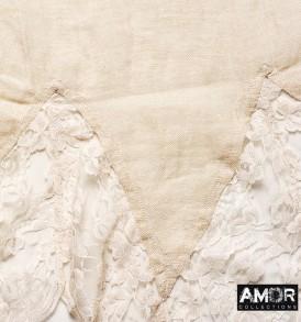 Detial foto van de prachtige linnen sjaal met kant aan de uiteinden in de kleur perzik