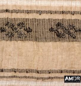 Detail foto van de sjaal van linnen/katoen met tribal borduursel in de kleur taupe.