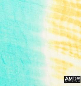 Detail foto van de vrolijke zomer sjaal van zijde en wol met tie dye in de kleur aqua/geel.