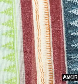 Detail foto van deze zomerse multi print shawl is gemaakt van wol en zijde, maar door de frisse kleuren toch te dragen in de zomer!