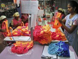 Een foto van vrouwen die aan het werk zijn in een kleding fabriek.