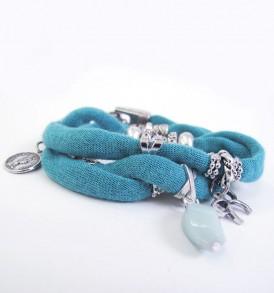 Handgemaakte armband: wikkelarmband met vele bedeltjes over de gehele armband in de kleur blauw.