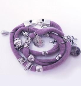 Handgemaakte armband: wikkelarmband met vele bedeltjes over de gehele armband in de kleur paars.