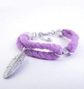 Handgemaakte armband: gevlochten armband met bedeltje in het midden en een veertje aan een zijde in de kleur paars.