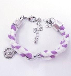 Handgemaakte armband: gevlochten armband met bedeltje in het midden en aan de zijkant een munt bedeltje in de kleur paars/wit.
