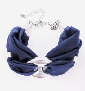 een luxe zijde handgemaakte armband in de kleur blauw.