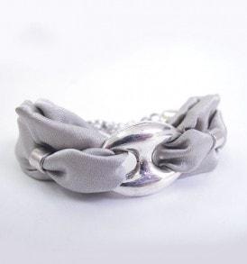 een luxe zijde handgemaakte armband in de kleur grijs.
