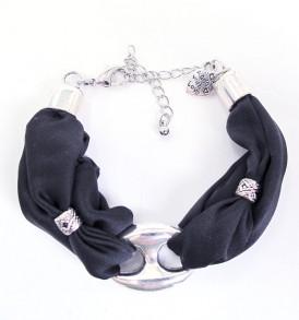 een mooie zijde handgemaakte armband in de kleur zwart.
