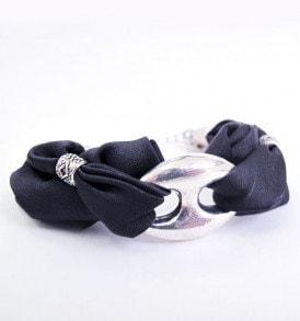 een luxe zijde handgemaakte armband in de kleur zwart.