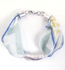 Handgemaakt armbandje met een zilveren hoorn in het midden in de kleur groen/blauw/wit.