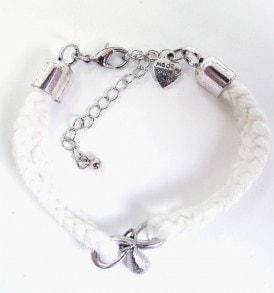 Handgemaakte armband: gevlochten armband met bedeltje in het midden in de kleur wit.