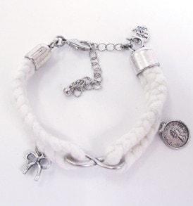 Handgemaakte armband: gevlochten armband met bedeltjes in het midden en aan beide zijkanten in de kleur wit.