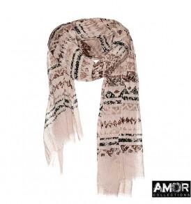 Een sjaal met ikat print in verschillende kleuren bruin.