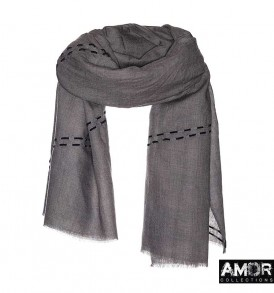 Een twill wollen sjaal met mooi suede borduursel.