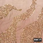 Detail foto AM759 taupe met goud. Een dip dye sjaal met pailletten in de vorm van rook.