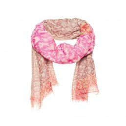 Roze sjaal met ingeweven patroon.