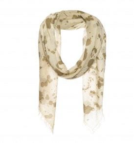 Een mooie vierkante sjaal met splash print in de kleur beige.