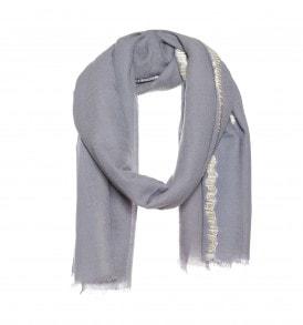 Een mooie wollen sjaal met dip dye en lint borduursel in de kleur grijs.