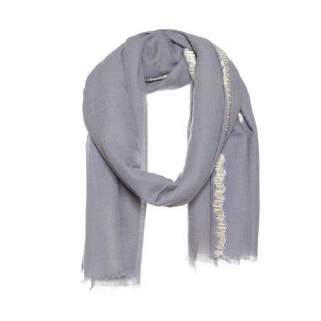 wollen sjaal met dip dye en lint borduursel grijs.