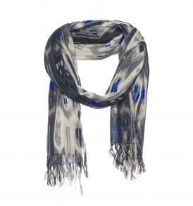 Een mooie wollen sjaal met ikat print in de kleur blauw/grijs.
